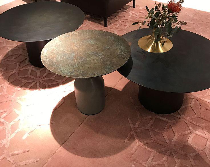 Altrosa ist DIE Farbe 2017. Der Teppich bildet einen tollen Kontrast zu den Metalltischen. Von Ligne Roset.