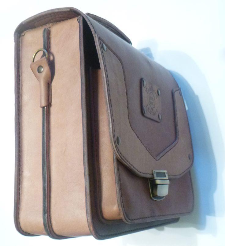 Стильный мужской портфель или сумка из Из шорно-седельной кожи хромового дубления. Полностью ручная работа. Прошита седельным швом вощеной итальянской нитью. 3 отделения, 1 карман на молнии, внутри 2 небольших кармана для разных мелочей. Подходит для повседневного ношения.