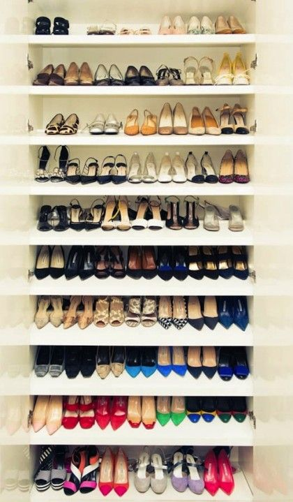 Organize your shoe closet + 4 more things to try this weekend. Tip: store shoes one behind the other so you see all shoes at once...