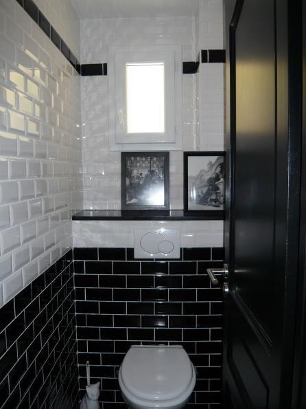 Toilettes au style urbain où le carrelage métro couvre la totalité des murs.