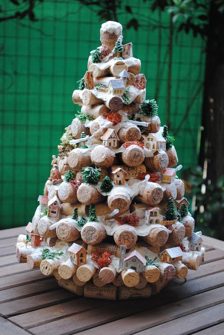 Originale albero di Natale fatto con tappi di sughero