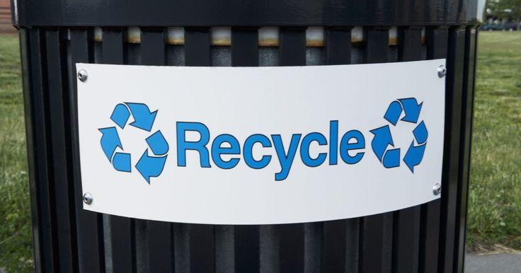 Cómo reciclar lona de plástico. La lona de plástico es un material duro y de polietileno de alta densidad, hecho para diversos usos, incluyendo la construcción de viviendas. La lona está disponible en una gama de grosores y tamaños. Una vez que estés listo para tirar la lona de plástico, participa con el reciclaje ecológico y prepárala para eliminarla adecuadamente. Según la ...