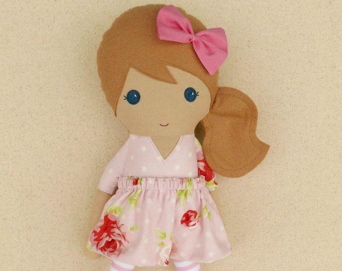 Muñeca de chica de pelo marrón claro tela muñeca trapo muñeca en rosa y rojo vestido Floral con Leggings rayas