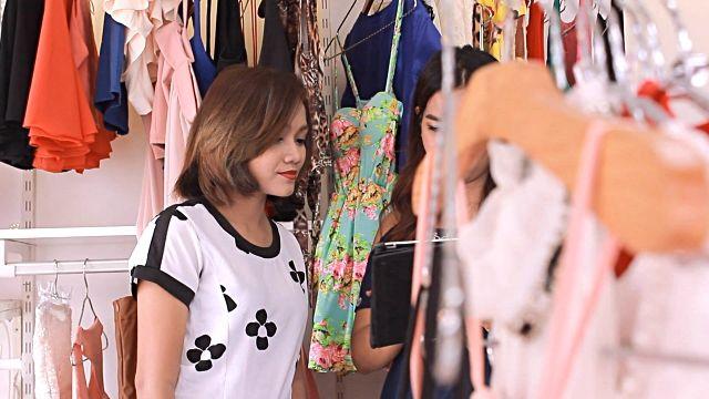 Ze ziet een hippe zomerjurk in de etalage en gaat binnen in de winkel. Daar vraagt een kreng van een verkoopster haar om haar te helpen. Ze past de jurk. De verkoopster gniffelt : 'Bij dit kleedje is een bijpassend hoofdje veel belangrijker.' Ze zegt dit omdat de jurk vormloos rond haar lichaam zit. Maar dit is niet het enige dat zich afspeelt in de kledingwinkel. Ze probeert er dingen te stelen, maar wordt er betrapt.