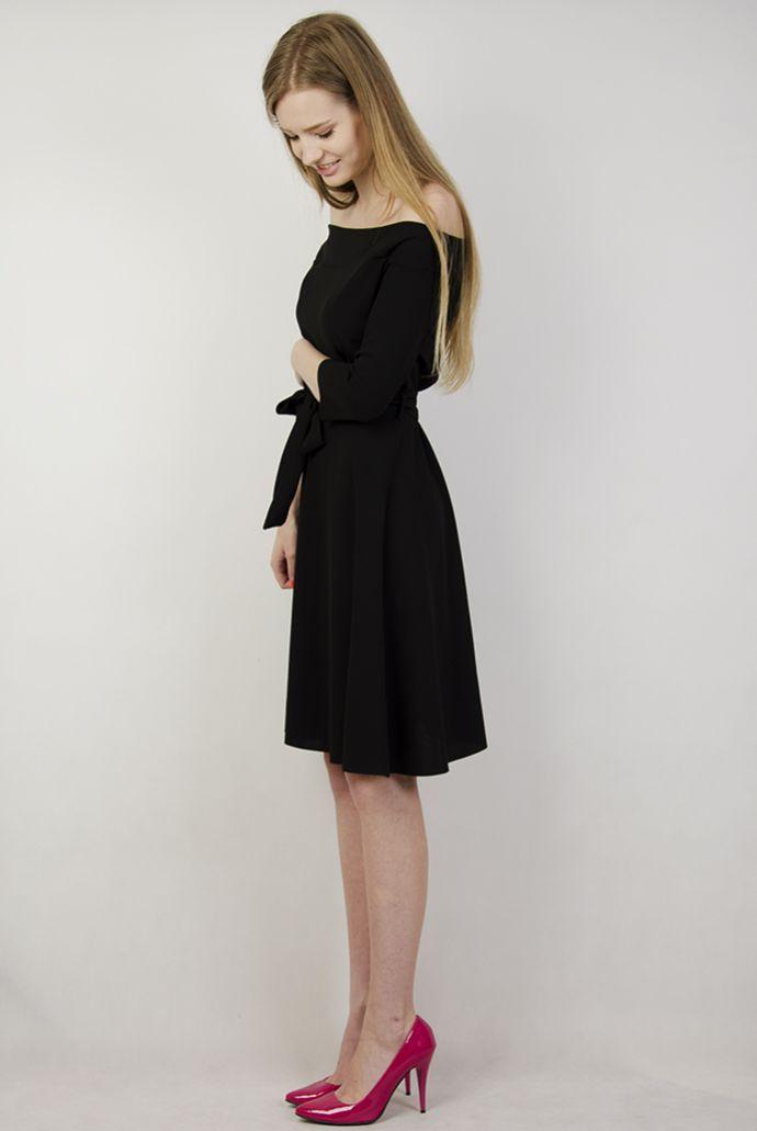 Intensywnie czarna sukienka wiązana w pasie