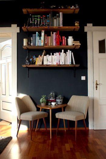 空いた空間に棚を取り付けて本棚に。何気に背表紙の色を意識して飾っているのがおしゃれ。ちょっとした部分に気を配るだけでもこうして雰囲気に差が出ますね。