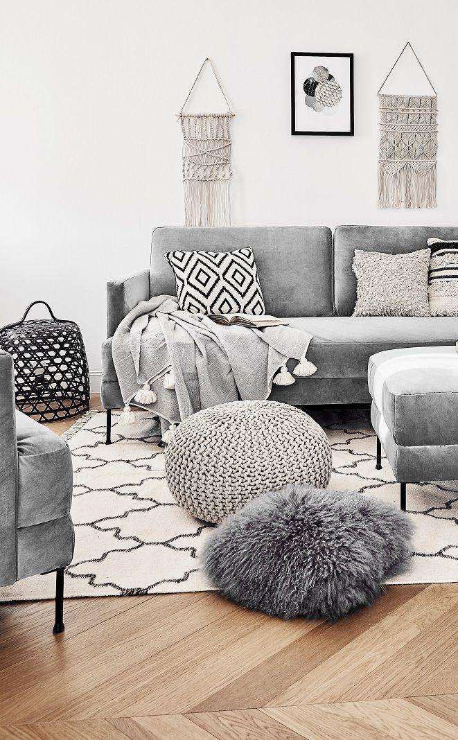 Boho Vibes! Das angesagte Samt-Sofa Fluente ist das perfekte It-Piece für jedes Zuhause. Kombiniert mit Ethno-Prints, Fellkissen und Makramee-Wandschmuck wird dieses Wohnzimmer zu einem wahr gewordener Boho Traum. Stylisch & wandelbar – einfach perfekt! // Wohnzimmer Sofa Pouf Fell Kissen Teppich Wandschmuck Ideen Sofa Samtsofa Kissen Decke Ethno Boho Ideen #WohnzimmerIdeen #Boho #Ethno #Wohnzimmer #Sofa #Samtsofa