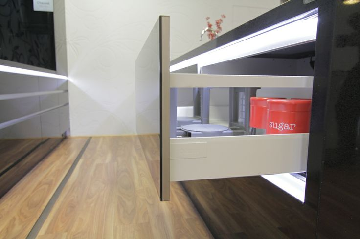 www.wallspan.com.au Handle-less shelves and cupboards are key elements of the contemporary Chauvel kitchen range.