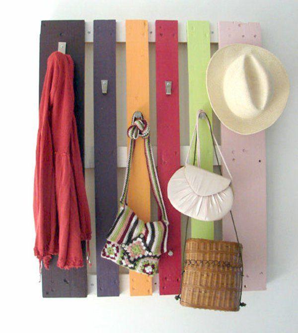 DIY Möbel aus Europaletten bunt platten kleideraufhänge