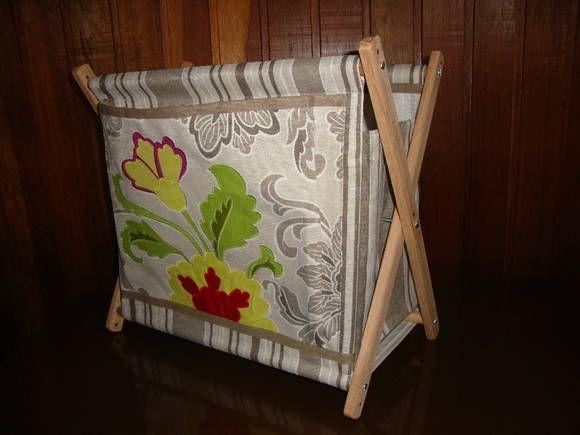 Porta revistas feito em lonita ou tecido de tapeçaria com aplicações bordadas.