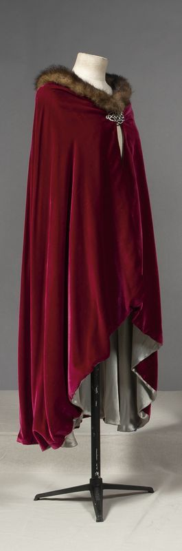 Cloaks Pagan Wicca Witch:  Red-velvet #cape with fur trim.