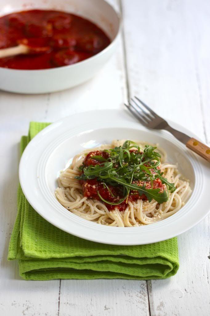 Spaghetti met tomatensaus, gehaktballetjes en rucola