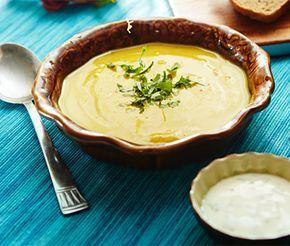 En värmande och het ärtsoppa som gärna kan balanseras med en god raita. Härliga kryddor ger denna soppa en fantastisk smak som för tankarna till Indien. Mixa soppan med stavmixer och tillsätt de färska örterna precis innan servering.