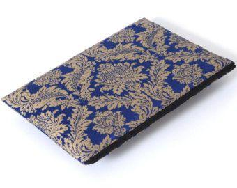 Diesem Fall MacBook 15 Netzhaut ist toll bis hin zu verstauen und schützen Sie Ihr MacBook. Es ist aus starken Polsterstoff und Baumwolle und gepolstert innen, so dass Sie wissen, dass Ihr Mac sicher und gesund werden.  Bitte überprüfen Sie hier weitere MacBook-Ärmel: http://www.etsy.com/shop/DonataFelt?section_id=11557598  Pflege: Vor Ort reinigen nur Keine trockene tumble Mittlerer Hitze Eisen