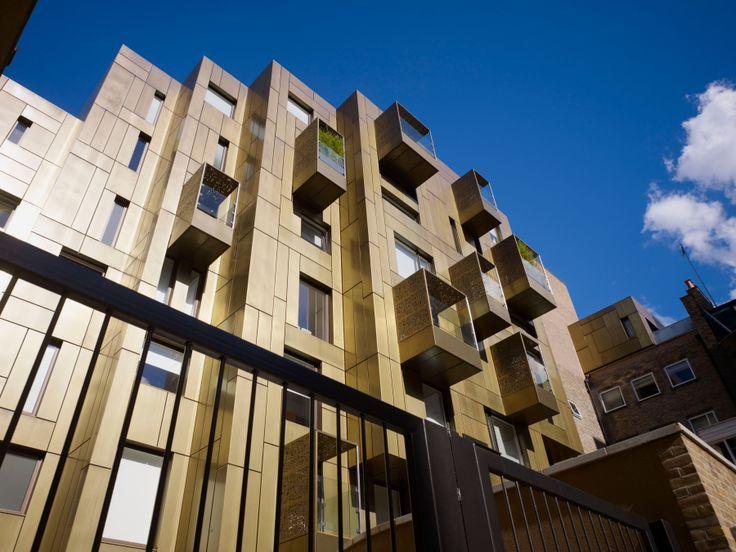 A Londra, al n.10 di Weymouth Street, si può ammirare questo edificio rivestito di ottone, con balconi che espandono gli spazi interni. (Progetto: Make). Menzione 2011