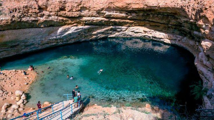 Creata da un meteorite. E' questa l'ipotesi più accreditata riguardo alla creazione del Sinkhole di Bimmah, una spettacolare piscina sotterranea con spiaggia nel deserto dell'Oman, nell'Hawiyat Najm P