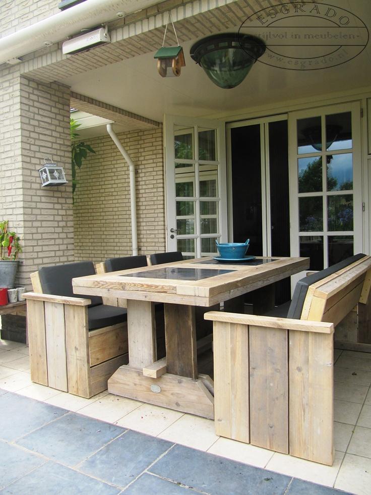 eettafel van steigerhout met stoelen en een bank