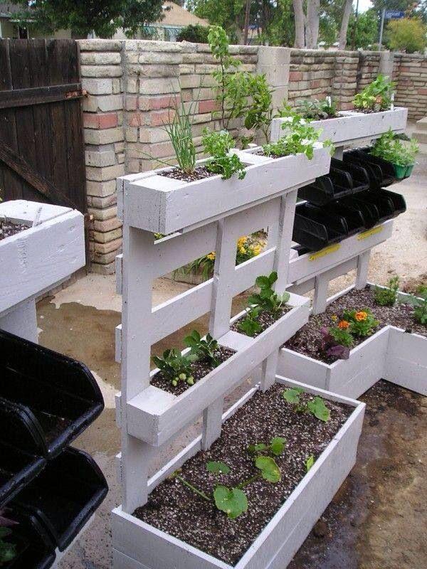 Paletten - Blumenkasten Als Sichtschutz, vielleicht kann man in den untersten Kübel Zucchini pflanzen