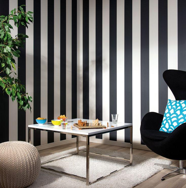 Tapet med brede striper er stilig på stua! Denne kalles Rand & Kulør. Skaper en elegant stil på stua. #interiør #stue #hjem #bolig #tapet