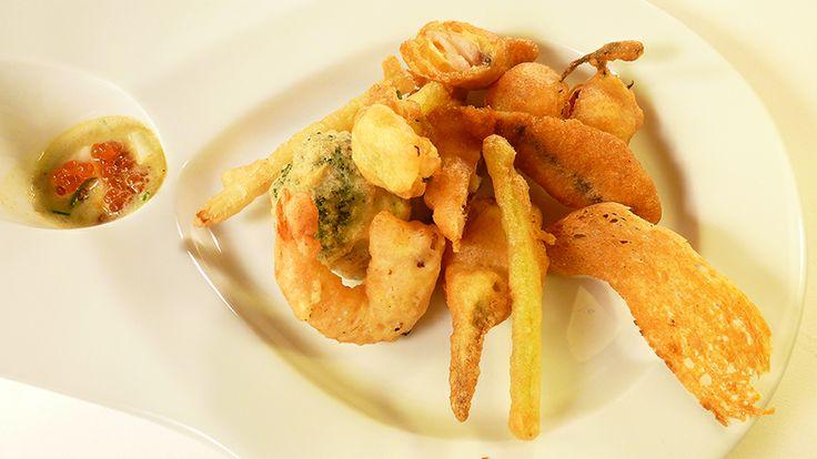 Fritto misto di baccalà gamberi e vegetali con intingolo e uova di salmone
