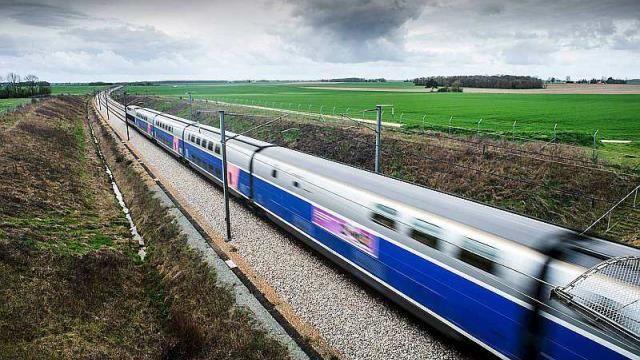 Les essais de la nouvelle ligne à grande vitesse LGV entre Rennes et Le Mans se déroulent depuis le mois de janvier. Mais avant d'ouvrir l'exploitation commerciale de cette ligne, les concepteurs doivent tester le matériel roulant et vérifier que les TGV pourront bien rouler en toute sécurité à la vitesse maximale autorisée.   La mise en service, en juillet 2017 mettra Paris à  1h 30 de Rennes à 320km/h.