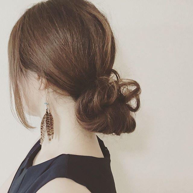 低め位置でのお団子ならセクシーな印象に◎ チャイナドレスに合うヘアスタイルのアイデア 髪型・アレンジ・カットの参考に。