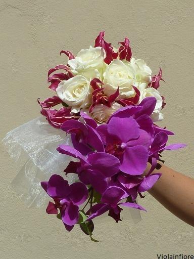 particolare bouquet cascante con rose, orchidee