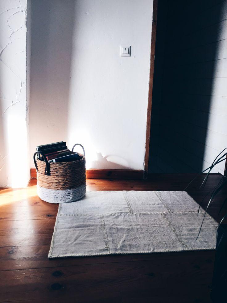 Valkoinen Irmak-tilkkumatto on kevyt ja tuo sisustukseen valoa ja ilmavuutta – mahtavaa vastapainoa upean tummalle puulattialle. Tämä turkkilainen vintagematto on jo valmiiksi vuosikymmeniä vanha, mutta voimme luvata, että se vain paranee ajan kanssa. #Sukhi #patchworkrug #turkisrug Kuva:another-day.fr