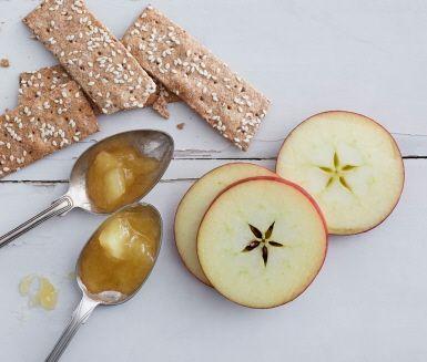 Älskar du också äpplen med smak av karamell? Då ska du prova den här härliga marmeladen där sirapen ger äpplet en ljuvlig, smörig smak av kola. Utsökt på kex, till ost eller på vaniljglass.