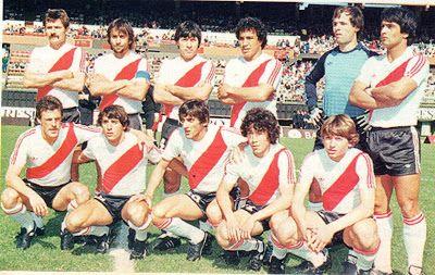 1983 River Plate - 1983  De Pia: Saporiti , Jorge García, Olarticoechea , Gallego, Puentedura y Enrique Nieto. Abajo : Alberto Bica, Daniel Messina, Enzo Francescoli, Tapia y Néstor de Vicente