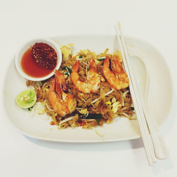 """• Pad Thai Katanya kalau ke thailand harus cobain makan Pad Thai.  Pad thai ini kalau menurutku, seperti kwetiau tapi lebih kecil dan sekenyal mie sagu. Rasanya enak"""", mau yang di jalanan atau foodcourt 😁👍🏻 #witotinaeats #padthai #thailand #bangkok #amazingthailand #thaifood #thailandfood #topvsco #instaeat #instafood #instagram #iphonesia #instagrameverywhere #onthetable #photooftheday #foodie #foodgram #foodporn #foodlover"""