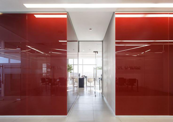 office interior Офис компании NGK. Красное стекло на стенах