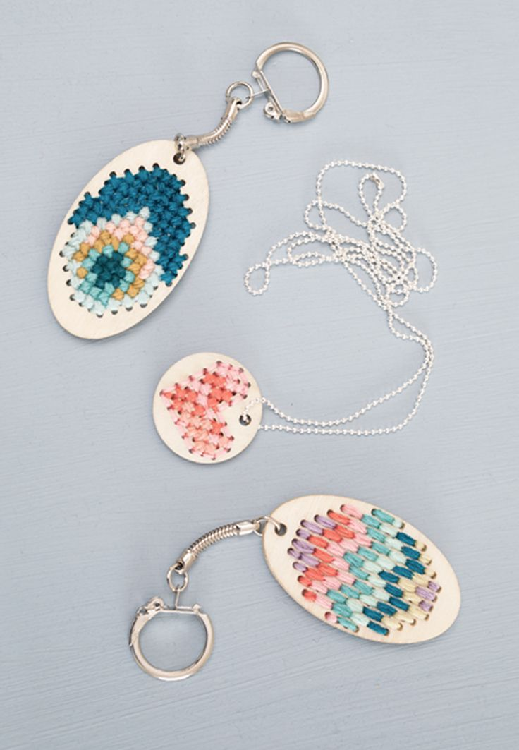 DIY – Embroidered keychains and jewellery A lovely, little embroidery project for adults and children alike, Anna smiles. Have a peek at the video in which Anna shows how you can embroider personal keychains and jewellery.