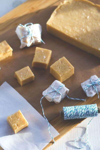 Thermomix ® Rezept für cremiges Salzkaramell-Fudge mit weißer Schokolade von moey's kitchen. Zum Selbernaschen oder Verschenken.
