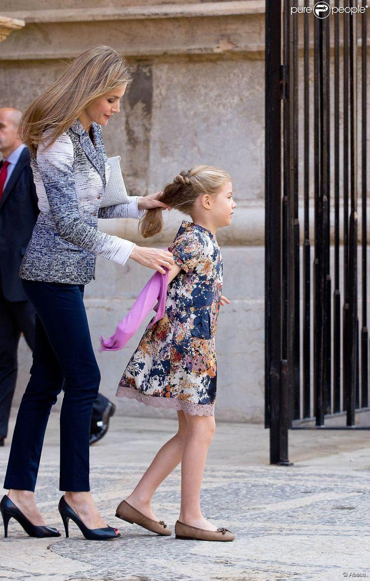 La princesse Letizia d'Espagne et Sofia lors de la messe de Pâques à Palma de...