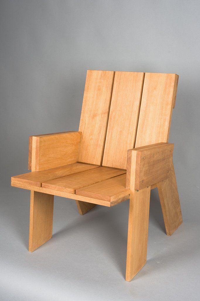 """Ernst Kuhne Meubelmaker Terrasstoel in weerbestendig inlands larikshout. Het ontwerp is gebaseerd op ̩̩n vaste houtmaat die overal is doorgevoerd. Door de dynamische schuine ergonomie is een speels uiterlijk gecombineerd met een verrassend zitcomfort. Vandaar de naam """"Zitgoed, staat nog beter"""". Ontwerp Joost Kuhne, architect, uitvoering Ernst Kuhne Meubelmaker. Het versgezaagde Larikshout wordt met heel veel (92) roestvrijstalen schrioeven in zijn mooie vorm gedwongen zodat deze sto..."""