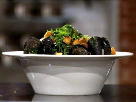 Leif Mannerströms recept på moules marinières, musselsoppa med vitt vin. Toppa din soppa med knapriga krutonger.