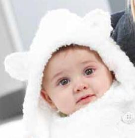 Mignon petit bonnet avec des oreilles pour bébé. Tailles : 1, 3, et 6 mois. Aiguilles N°5,5. Points employés : POINT MOUSSE, en TEDDY, aig. n° 5,5. JERSEY ENVERS et JERSEY ENDROIT, en TEDDY, aig. n° 5,5. JERSEY ENDROIT, avec le fil gris clair, aig. n°...