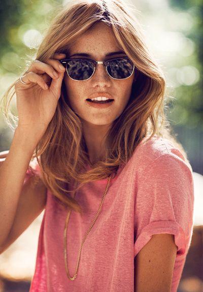 Lunettes Clubmaster + tee-shirt loose rose chiné + sautoir doré + bronzage caramel  = le bon mix estival