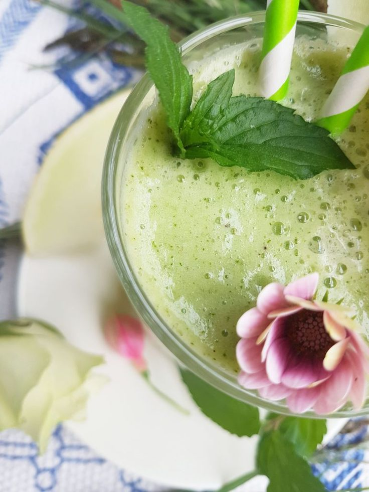 Hunajamelonia, minttu ja matcha-vihreää teetä siitä on tehty kesän raikas ja puhdistava smoothie joka toimii hyvin välipalana!