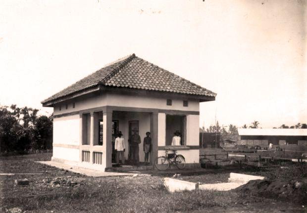 Gebouwtje op de militaire vliegbasis Andir bij Bandoeng, West-Java, Nederlands-Indie. 1924