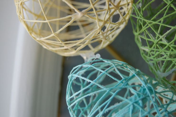 Easy and inexpensive DIY wreath for Easter | Wine & Glue #wreaths #tutorials