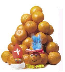 Uit de folder van de Hema ; waar de mandarijntjes in de aanbieding zijn :-) Een zwarte Piet- en Sinterklaasmandarijn. Met wiebeloogjes, s...