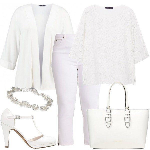 I jeans bianchi multitasche con cerniere in evidenza sono abbinati alla maglietta in cotone traforato e al blazer senza bottoni. Le décolleté slanciano la figura. Completano il look il braccialetto in metallo e la borsa a mano griffata.