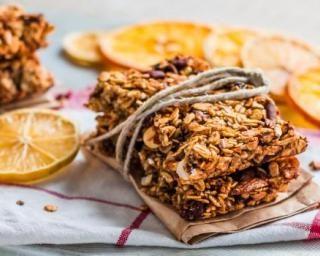 Barres de céréales diététiques aux flocons d'avoine, raisins secs et orange confite : http://www.fourchette-et-bikini.fr/recettes/recettes-minceur/barres-de-cereales-dietetiques-aux-flocons-davoine-raisins-secs-et-orange