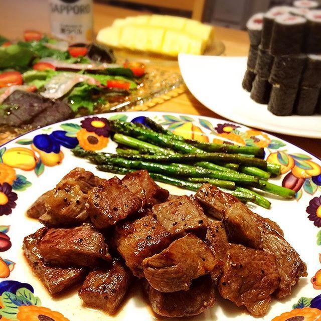 * 昨夜は、うかれるばぁばと孫で、うるさいくらい賑やかな夕食に😋 ✔︎ステーキ ✔︎真鯛のカルパッチョ ✔︎鉄火巻き、太巻き、にぎり ✔︎さつまあげ ✔︎冷奴 ✔︎なめこ汁 ✔︎パイナップル ・ 今日が誕生日で70うん歳になったばぁば。 今夜はすき焼きにしてー❤︎と。 毎日お肉が食べたい❤︎と。 私と息子たちの肉好きは遺伝だね( ˊ̱˂˃ˋ̱ ) ・ ・ ・ #夜ご飯 #夜ごはん #よるごはん #晩ご飯 #晩ごはん #ばんごはん #おうちごはん #デリスタグラマー #クッキングラム #ステーキ #肉 #カルパッチョ #お寿司 #ビール #誕生日 #おばあちゃん