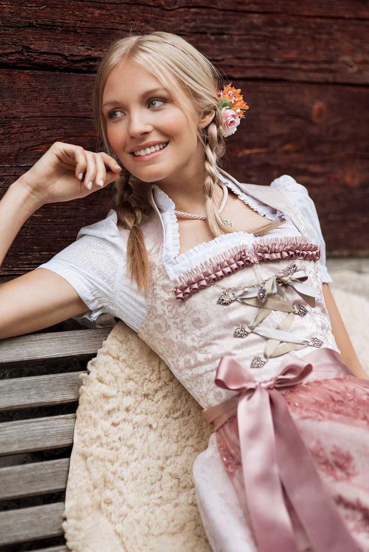 Wenn Glamour und Tradition ein unwiderstehliches Design kreieren, ist das in zartem Rosa gehaltene Dirndl Catherine von Alpentrachten garantiert mit von der Partie. Neben einem verführerisch glitzernden Webmuster zeigt sich das...