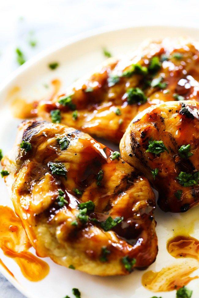 Pokud se chystáte na letní grilování, vyzkoušejte tento recept na lehce pikantní BBQ marinádu na maso, která je vhodná jak na potírání při grilování, tak na delší naložení masa. Pro trochu ostřejší variantu můžete přidat více kajenského pepře či česneku:).   //     Doba přípravy: 30 minut P
