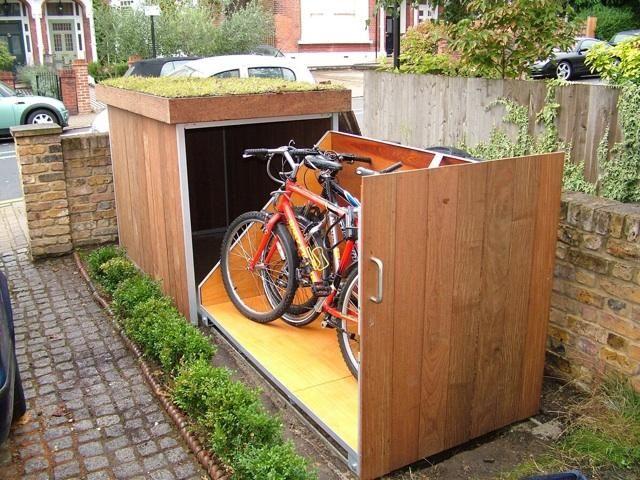 Creatieve oplossing voor fietsen in de voortuin.