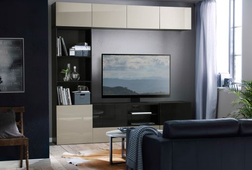 Banc TV BESTÅ blanc avec rangement ouvert pour supports multimédia et TV noire à écran plat